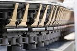 Gezielter Schrumpf: Mit der neuen Kluppe von DORNIER sollen sich die Produkteigenschaften auch von Batterie-Separator-Folie deutlich verbessern lassen