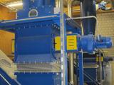 Zellenradschleuse beim Austrag von Recyclingmaterial
