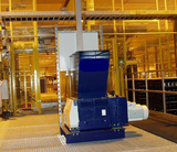 Shredder for plastic waste and underfloor extraction