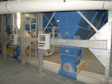 Discharge of dust of a filter plant via rotary valve and duct system